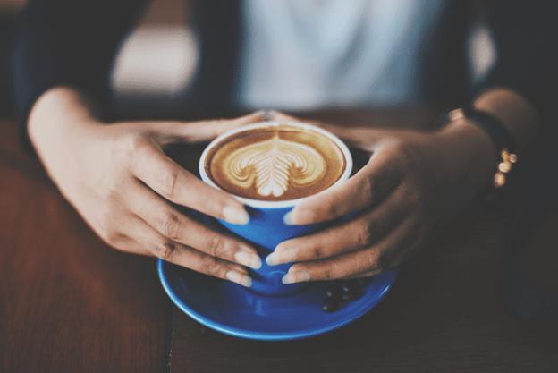 Um latte com latte art.