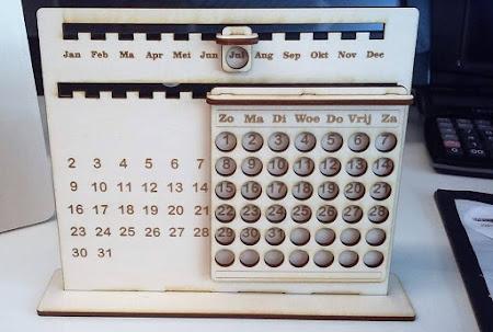 School en kantoor - jaarkalender in hout,  in een houtsoort naar keuze, eventueel met logo of tekst