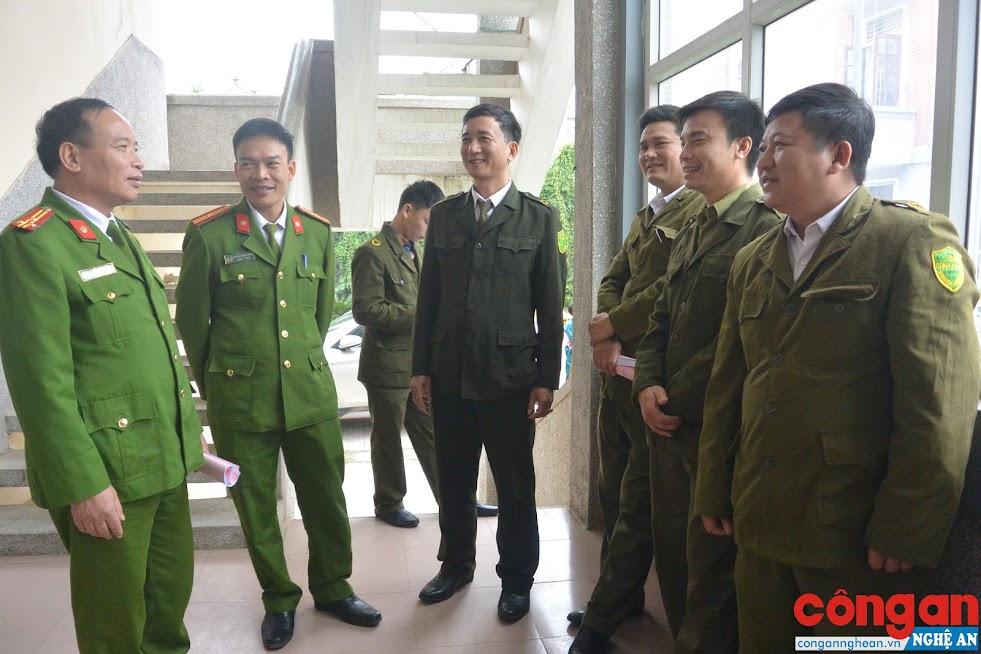 Thượng tá Hồ Phúc Đóa, Phó Trưởng Công an huyện Quỳnh Lưu (ngoài cùng bên trái) trao đổi với lực lượng Công an xã tại Hội nghị tổng kết công tác quốc phòng - an ninh năm 2018