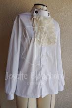 Photo: Camisa Vitoriana Unissex em algodão branco com babados em renda. A partir de R$ 80,00.