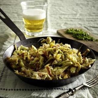 Kräuter-Spätzle-Pfanne mit Speck-Sauerkraut