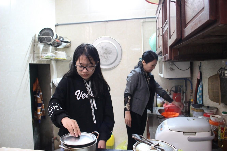 Hằng ngày, ngoài việc học, Phương Hoa còn giúp mẹ làm việc nhà