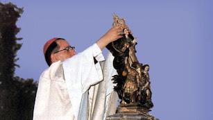 Momento en el que el nuncio del Papa coronó a la Virgen del Saliente.