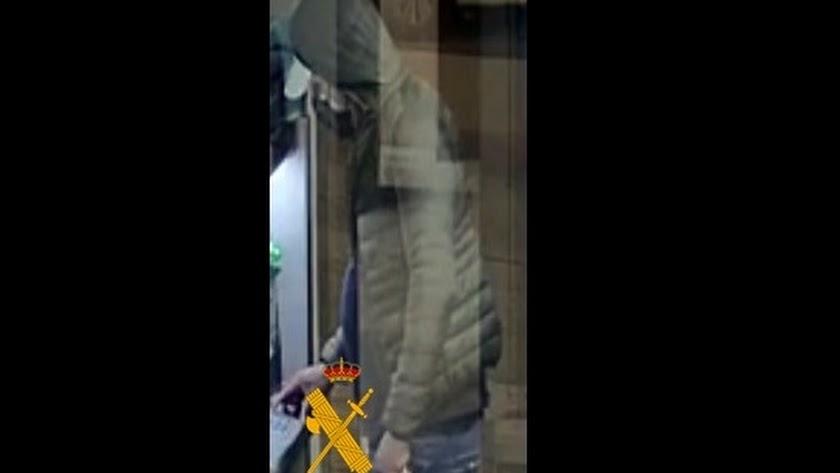 Uno de los detenidos grabado en un cajero.