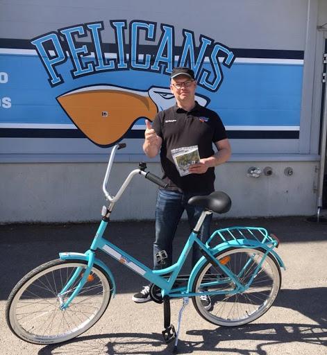 Pelicansin edellisessä arvonnassa jaossa oli VIP-paketteja Cheekin loppuunmyydylle jäähyväiskeikalle sekä Pelicans-jopo. Kuvassa uniikin turkoosin jopon onnellinen uusi omistaja.