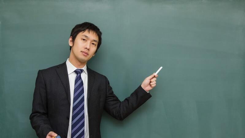 講師が授業を行っている写真。