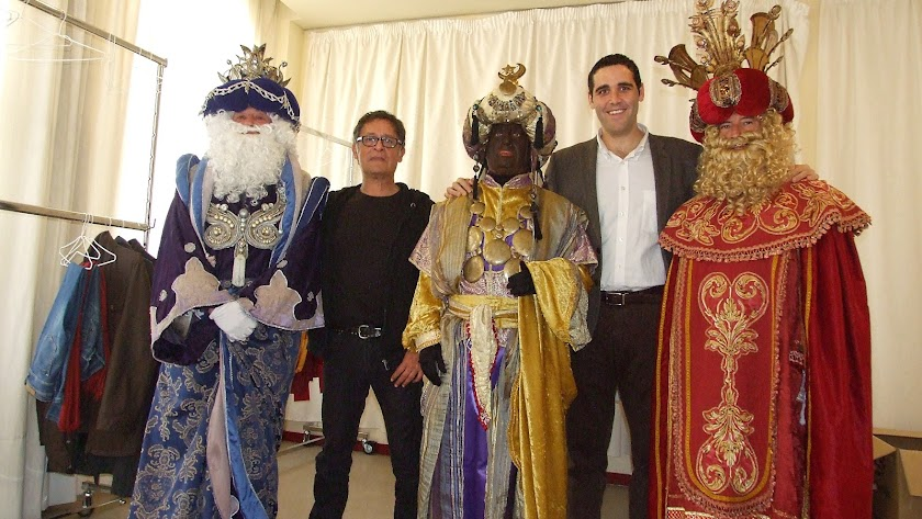 Paco Cañizares junto a SSMM los Reyes Magos de Oriente y el concejal, Juan José Alonso, en ediciones anteriores.