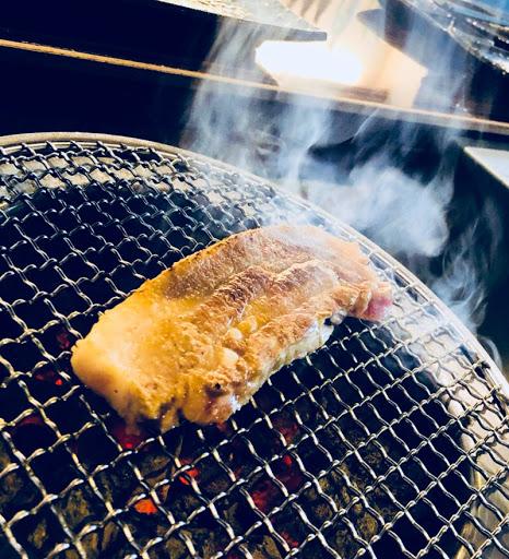 專人燒肉 燒肉專門 不用親自動手也能享受美味燒烤 良好舒服的環境 在喝上一口啤酒太棒了
