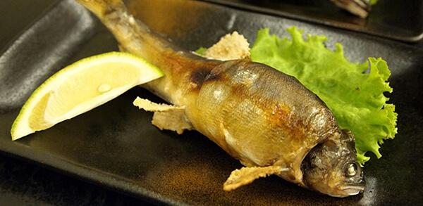 吃香魚基本上不需額外調味,頂多一小片檸檬、些許的白胡椒鹽即可,過多的加味反而破壞了香魚優雅內斂的本質。