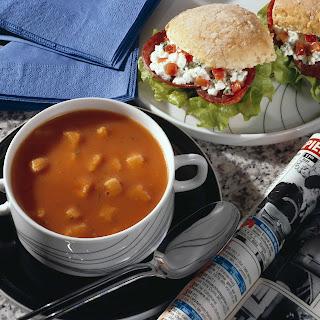 Tomatencreme-Suppe mit pikantem Frischkäse-Brötchen