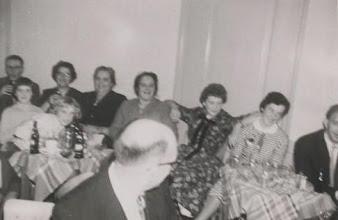 Photo: Hans en  Adrie, Cor, Jaantje, Annie Klop Vlot, Nel Klop en op de voorgrond Klaas.