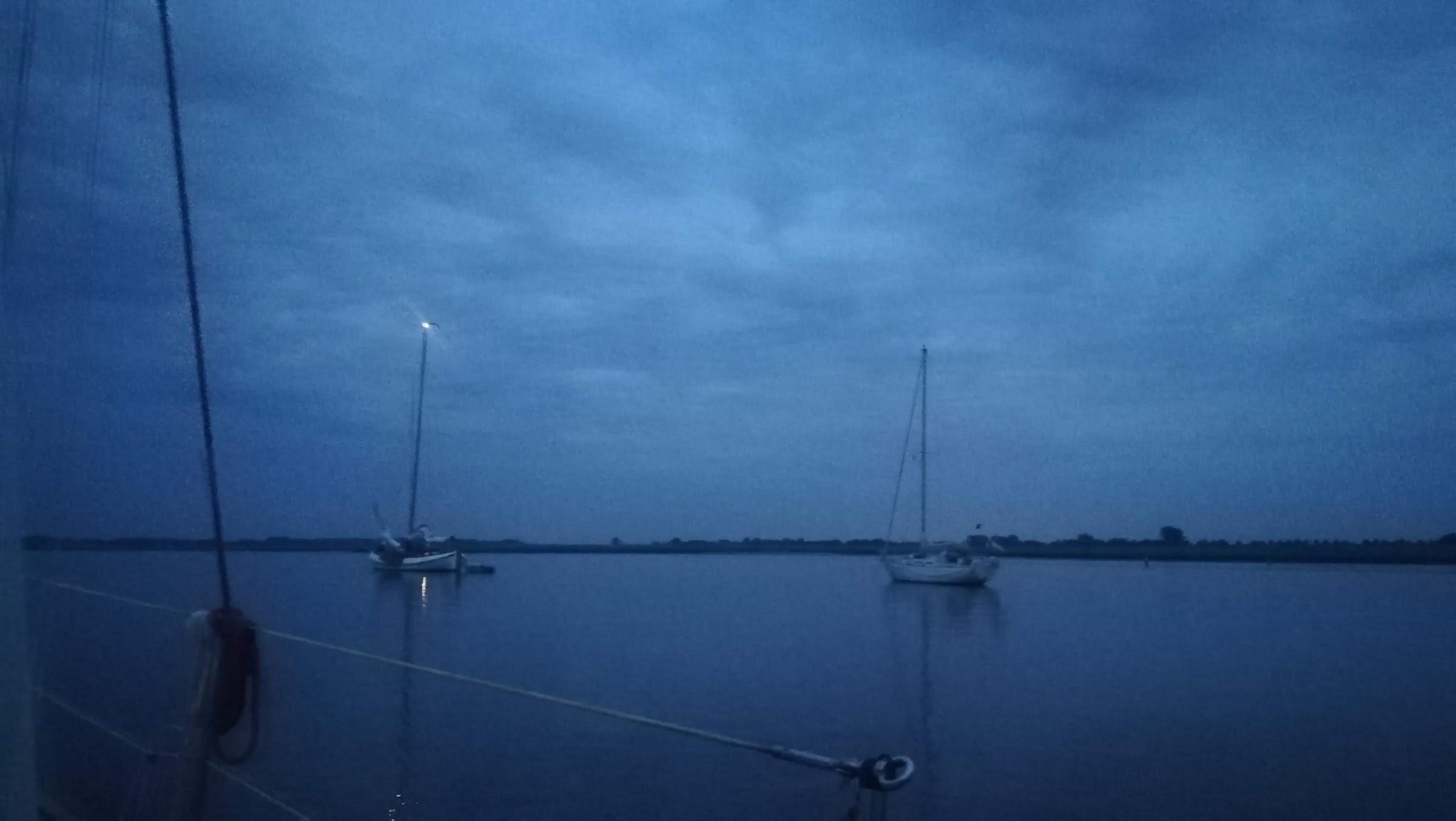 De avond valt over de Krabbenkreek.