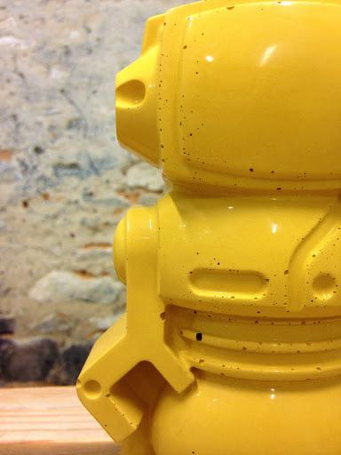 robot en béton jaune moutarde pour une déco tendance avec cet objet déco en béton