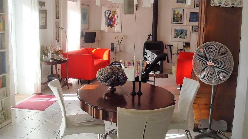 Raposeira de São's  gemütliches Wohnzimmer, eine wunderschöne Mischung von Kunst, Antiquitäten und zeitgenössisches Design.