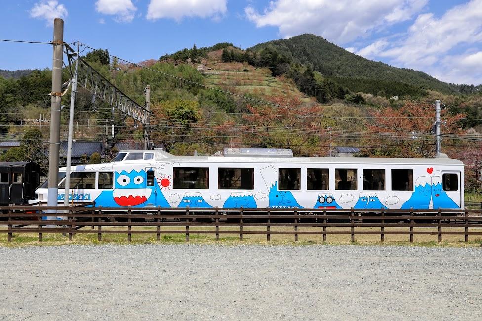 pociąg na stacja Shimoyoshida