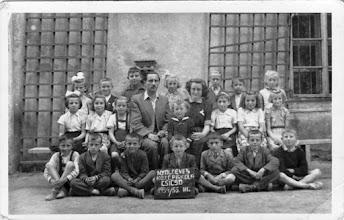 Photo: 1954/55, 3.o. igazgató Molnár János, t.nő Nagyné Petőcz Erzsébet, Csicsói Magyar Tannyelvű Alapiskola Fentről lefelé, balról jobbra: Tokarik Katalin, Fehérváry Lajos, Sárközy Dezső, Szikonya Magda, Németh József, Fél Sándor, Ádám Éva. Sörös Erzsébet, Beke Irén, Varga Ilona (kisvarga), M.J. ig., N.E.tnő, Bödők Erika óvodás, Görözdi Margit, Nagy Ilona (ősz N. Imre leánya), Décsi Ilona (ny.). Magyarics Sándor, Beke László (iker), Fábik Sándor, Szabó Kálmán, Mikes László, Beke Dezső (iker), Misák István.