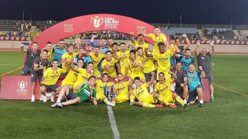 Los jugadores del Villarreal celebrando el título en el Antonio Peroles.