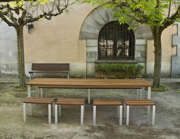 Genieten van een lunch in de publieke ruimte met vrienden of familie op de picknick tafel Harpo van Urbidermis. Straatmeubilair tussen groen met een meerwaarde.