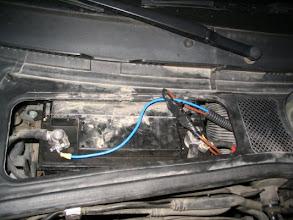 Photo: Conexión con la batería. Se pone un fusible de 30 amperios para proteger la instalación. El cableado es de 6 mm y paso dos líneas, una para positivo y otra para negativo para el refuerzo de la instalación en la piña