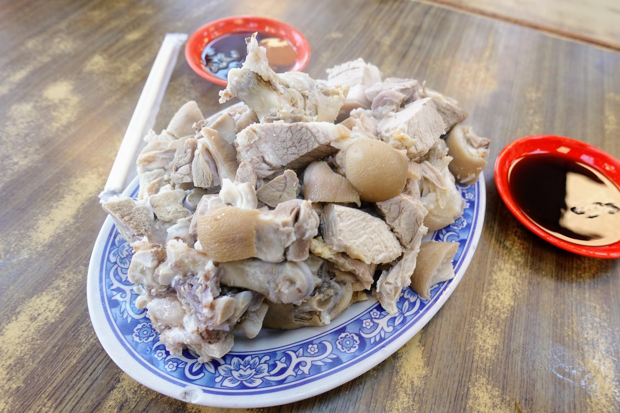 這家店特色就是豬腳,當然要來吃豬腳啊! 豬腳是水煮的,不是滷的或炸的喔!