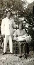 Photo: Mara'dia Pamboang atau Pambauang, Tenralipu (1934-1952) di Majene, bersama isteri dan anak yang baru lahir di Majene, tahun 1932. Oderafdeling Madjene masuk dalam wilayah Afdeling Mandar tahun 1900. Wilayah ini sekarang menjadi Provinsi Sulawesi Barat dengan ibukota di Mamuju. Tenrilipu, bersama dengan Ramang Patta Lolo (Mara'dia Majene), Andi Baso (Mara'dia Balangnipa atau Balanipa), Pawelai (Mara'dia Cenrana),  Abdul Hafid (Mara'dia Tapalang),  Lamaga (Aru Malolo Binuang), Djalalu Ammana Indar (Mara'dia Mamuju) turut serta dalam pembentukan Gabungan Celebes (Sulawesi) di Watampone, Bone tanggal 18 Oktober 1948. Mara'dia Pambauang, Mandar yang dihadiri 30 pemerintah kerajaan di Sulawesi. 1845 - 1850 Madusila 1850 - 1855 Jalangkara Cenrana 1860 - 1866 Madusila 1866 - 1888 --- 1888 - 1907 I Latta 1907 - 1920 Simanangi Pakarama 1920 - 1934 Andi Batari (pr) 1934 - 1952 Tenralipu Sumber gambar : Tropen Museum Amsterdam (diedit). https://nurkasim49.blogspot.co.id