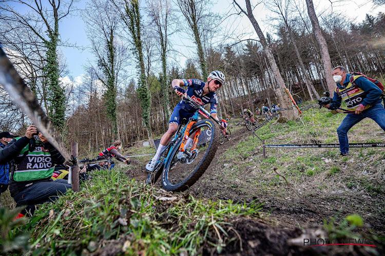 🎥 Wheelies in volle afdaling: zo voelt het dus om Mathieu van der Poel te zijn op een mountainbike