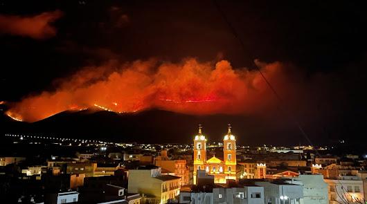 Declarado un gran incendio en Berja, en el que ya trabajan 50 bomberos