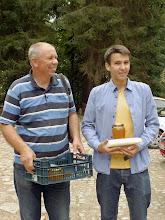Photo: Rambyno regioninio parko produkto ženklas suteiktas Kazimierui Žemguliui ir jo garsiajam Bitėnų medui. Nuotraukoje Kazimiero sūnus Aurelijus ir anūkas Simas Žemguliai.