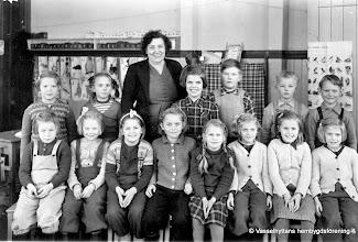 Photo: Skolan 1949 lärare Linnéa Norén. Vasselhyttans skola 1949 nedre rad fr. v.  ?,  ?,  ? , ?, ?, ?, Karin Pettersson, Inger ?,  Kerstin Pettersson