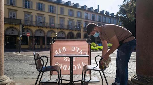 Vuelven los cierres a los bares: París los clausura durante dos semanas