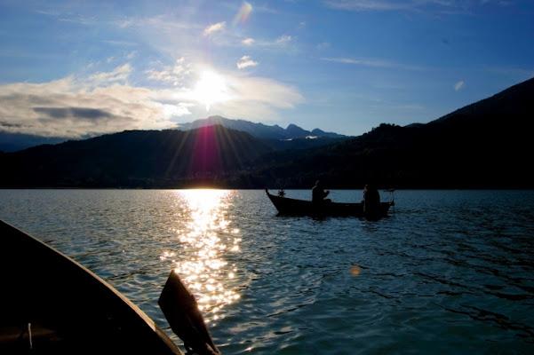 Luci ed ombre si abbracciano sul lago di Eugenio79