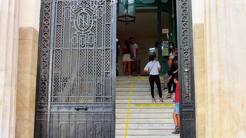 Las escaleras de acceso al instituto Celia Viñas se han señalizado para marcar el distanciamiento obligatorio.