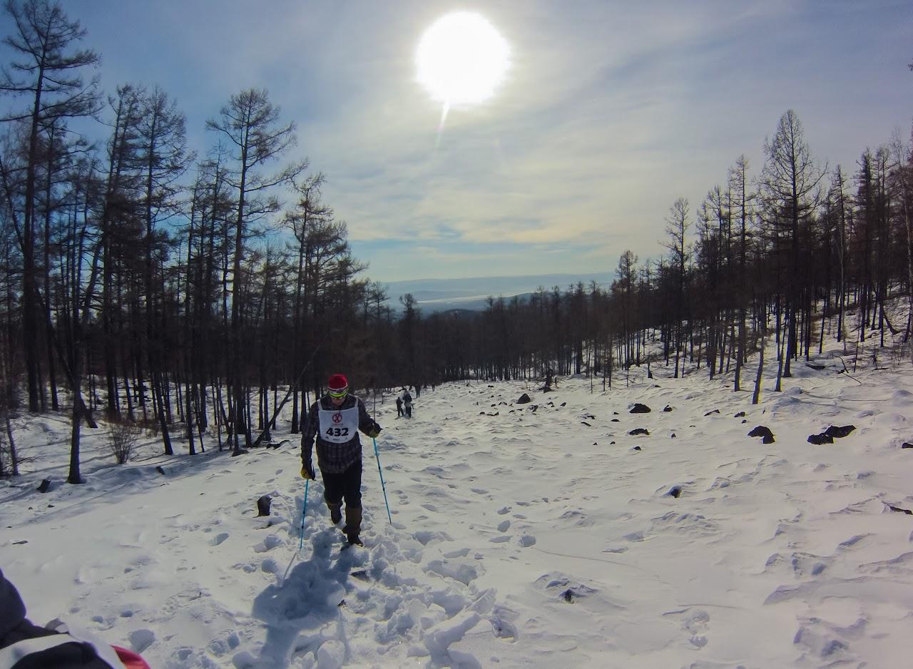 Скоростное восхождение на голец Саранакан 2017 - участники преодолевают подъем усыпанный камными спрятанными под слоем снега