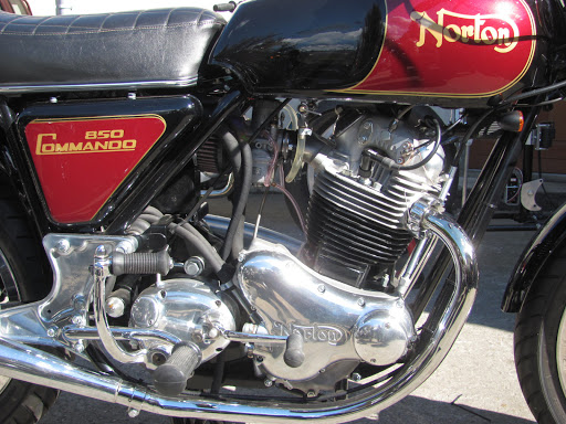 The right side of the new 850 Commando special restored by Machines et Moteurs