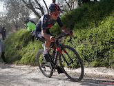 Tom Pidcock neemt op zijn mountainbike als een schicht razendsnel een scherpe bocht