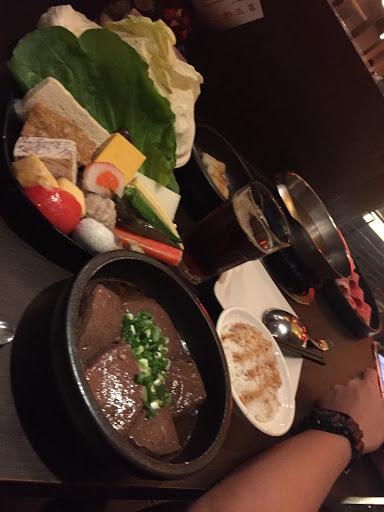 用餐時間需先預約或是現場候位 昨晚約等1小時 餐點方面不錯 服務方面可在加強
