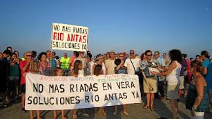 Vecinos de Vera y localidades próximas en una manifestación para exigir la limpieza del río en 2014.