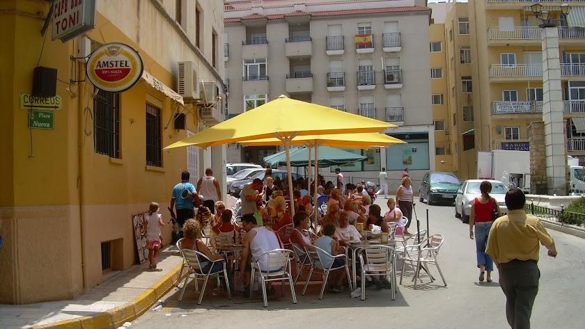 Un bar con terraza en Albox, donde concurren a diario gran número de extranjeros