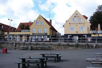 Photo: Svaneke Bornholm - Hafen mit Hotel