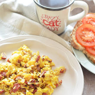 SCRAMBLED EGGS WITH SAUSAGE AND ONION.