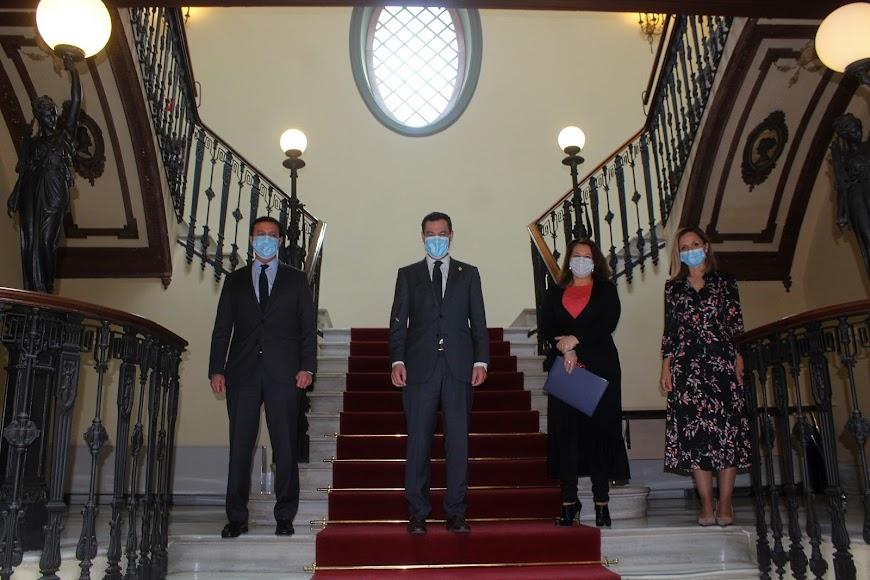 Juanma Moreno, en la Delegación de Gobierno, junto a la consejera Carmen Crespo, el presidente de la Diputación, Javier A. García; y la delegada Maribel Sánchez.