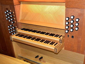 Photo: Igralnik je tako kot orgle v celoti izdelan iz hrastovega lesa - Der Spieltisch ist wie die ganze Orgel aus Eichenholz hergestellt - The console as well as the rest of the organ is made from oak wood