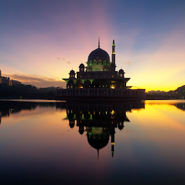 reflection of Putra Mosque by Shahrin Ayob - Buildings & Architecture Places of Worship ( putrajaya, beautiful, reflection, ray, putra )