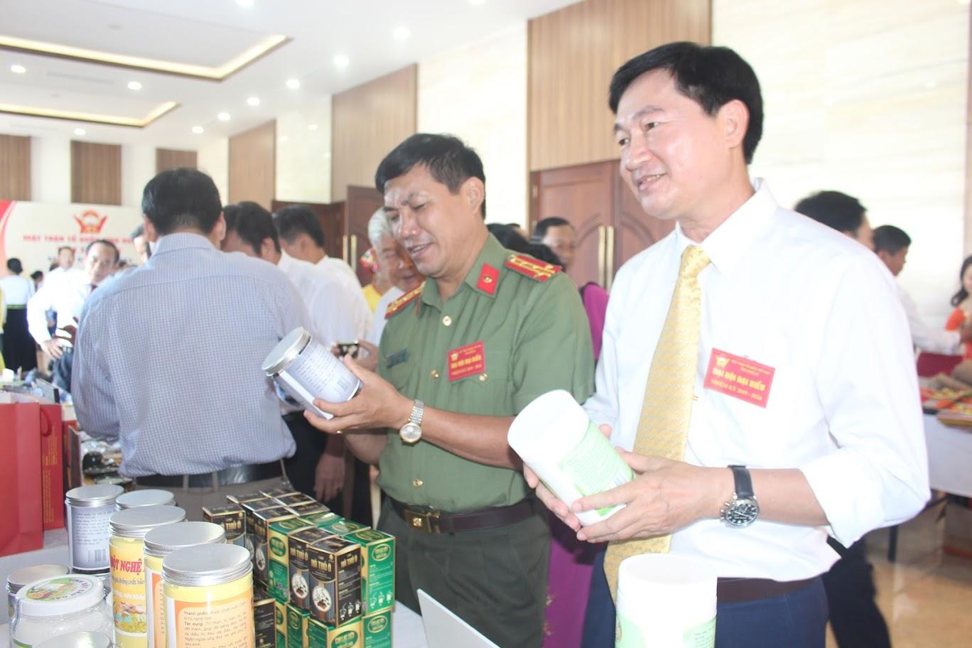 Các đại biểu tham quan gian hàng của các địa phương.