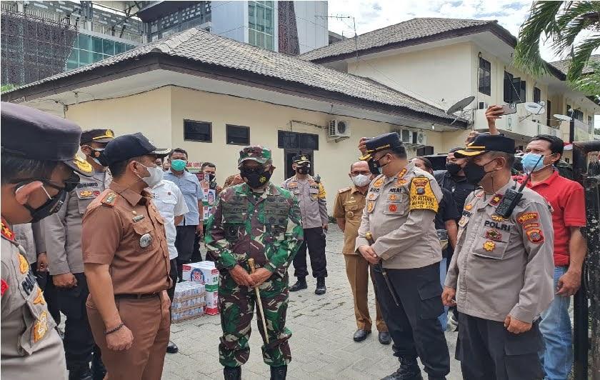 Kapoldasu dan Pangdam Beri Bantuan Kepada Personil di Mapolsek Medan Timur