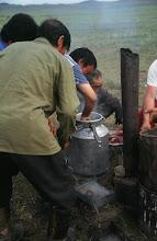 Photo: 03273 ハドブルグ家/ホルホック/牛乳缶に少量の水や塩を入れ、小分けにした肉と焼石を入れる。ゴムパッキンの付いた蓋で密閉してバーナーなどで加熱する。