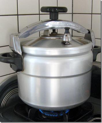弱火で加熱している圧力鍋