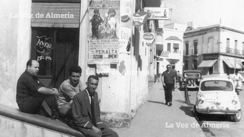 Leopoldo Aguilera Ruiz (con ropa oscura), en la puerta de la bodega Morenito, que él regentaba.