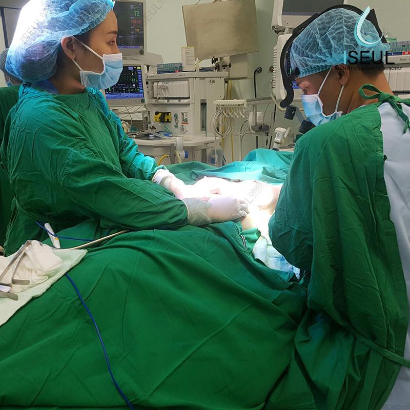 Ảnh có chứa người, xanh lục, phòng bệnh viện, trong nhà  Mô tả được tạo tự động