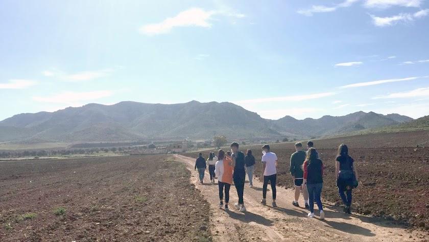Alumnado del IES Maestro Padilla se dirigen al Cortijo del Fraile.